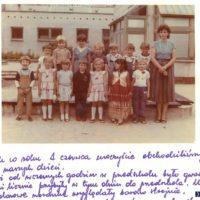 Koniec uniformizacji! 1 czerwca 1988. Nowe czasy nastały w modzie dziecięcej. Fartuchy poszły na zawsze do szafy, kronika przedszkolna zauważa, że pojawił się kolor. I już nawet nie ORWO-kolor.