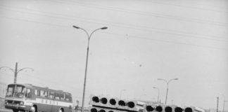 Mercedes Orbisu na ulicy Marynarskiej róg Rzymowskiego. Tak, tak. Za płytami byłaby dziś Galeria Mokotów. Fot. Grażyna Rutowska, NAC.