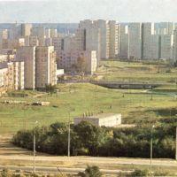 """Panorama osiedla Jary - tu podnóże Kopy Cwila. Po lewej, przed blokiem, widać drewnianą scenę i ławki parkowe tworzące widownię. Zdjęcie z albumu """"Warsaw - a portrait of the city"""" nadesłał Qkiel."""
