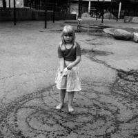 Wodne esy - floresy na chodniku dowodzą, że dziewczynka sporo musiała się z cieknącą torbą nabiegać. Ale opłaciło się - przed budowanym wciąż Domem Sztuki mamy już Sztukę Ulicy. Fot.: Włodzimierz Pniewski, garnek.pl/zdyrma