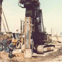 Uroczyste wbicie pierwszego pala pod budowę metra. Przyszła stacja Ursynów, w tle Koński Jar i kontenery handlowe. Zdjęcie z artykułu portalu Halo Ursynów.