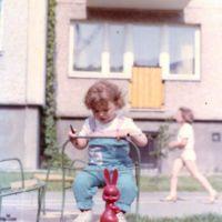 Dość przerażający zając ze Związku Radzieckiego - zabawka często rozdawana w przedszkolach i zerówkach. Tu na wiecznie zepsutej karuzeli przy Mandarynki. Nad. Dominika Domańska