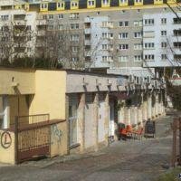Po ponad 30 latach pawilony niedoszłego bazaru przy Wiolinowej mają szanse wreszcie tętnić życiem. Szlaki przeciera kawiarnia Roskosz - ursynowska w treści i formie. Fot. Maciej Mazur.