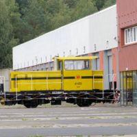 Żółta spalinowa ciuchcia manewrowa przed elektrowozownią metra. Służy do przetaczania składów metra. Fot. Maciej Mazur